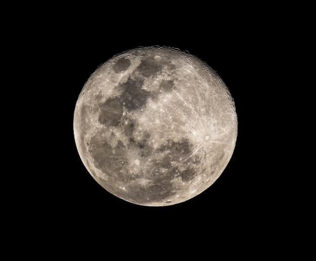 Fotografía de luna llena de alta resolución desde telescopio.
