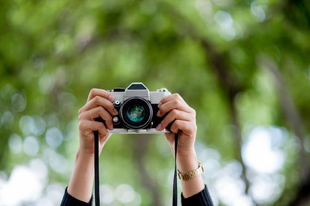 Fotografía de mano y cámara. concepto de fotografía con copia espacio.