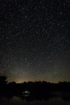 Fotografía nocturna en el área natural de aceituna. españa.