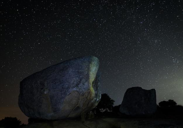 Fotografía nocturna en el área natural de barruecos. extremadura