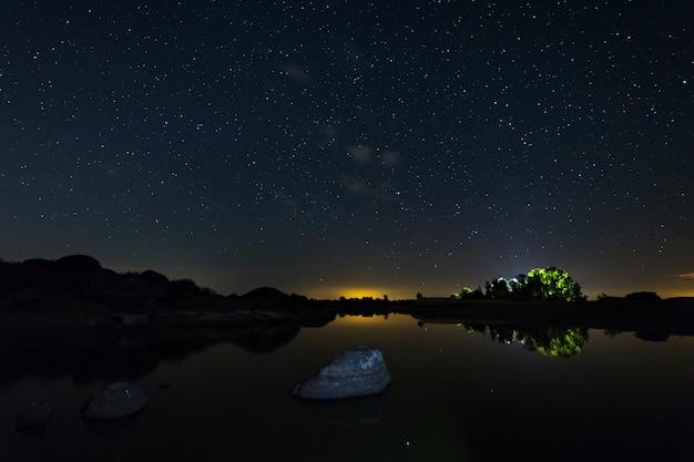Fotografía nocturna en un área natural