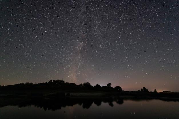 Fotografía nocturna con la vía láctea en el área natural de barruecos, extremadura, españa.