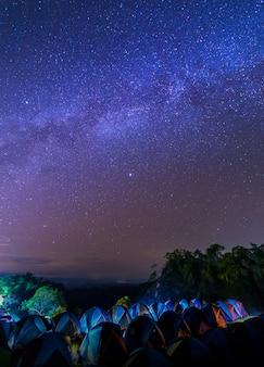 Fotografía nocturna de la vía láctea en el parque nacional de sri nan, tailandia