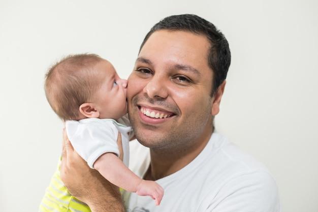 Fotografía del padre y su bebé