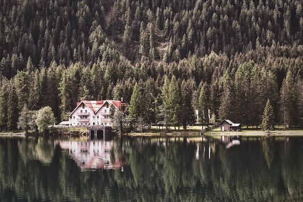 Fotografía de paisaje de cabaña cerca del bosque
