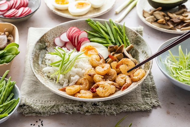 Fotografía de platos de mariscos con huevos y gambas.