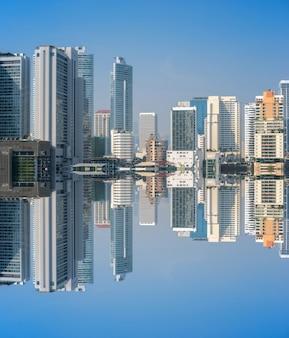 Fotografía de la reflexión del edificio del negocio en el distrito financiero de tailandia.