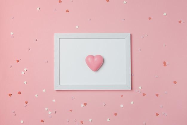 Fotografía de sujeto de verano. un corazón en un marco