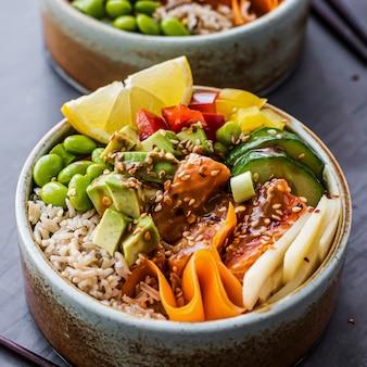 Fotografía de tazón de fuente de salmón sobre arroz