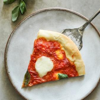 Fotografía vegetariana casera de pizza margherita.
