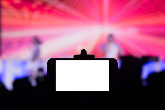 Fotografiando con smartphone en concierto.