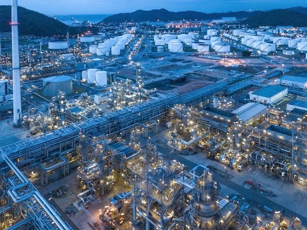 Fotografías aéreas de plantas de refinerías de petróleo.