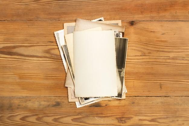 Fotografías antiguas en una mesa de madera en una vista superior