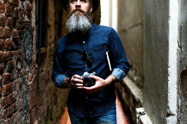 Un fotógrafo en un callejón.