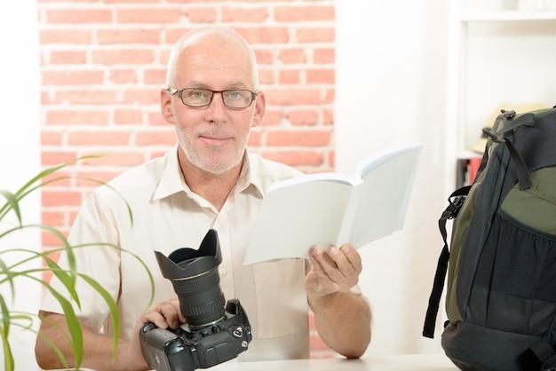 Fotógrafo con la cámara y aviso
