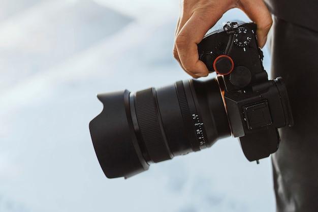 Fotógrafo con cámara en las islas feroe, parte del reino de dinamarca
