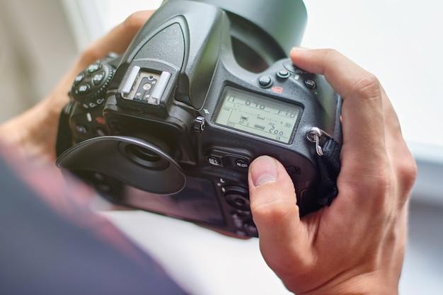 Fotógrafo configurando la cámara para un rodaje