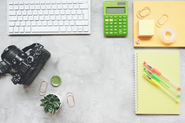 Fotógrafo freelance en el escritorio de la oficina, espacio de trabajo.