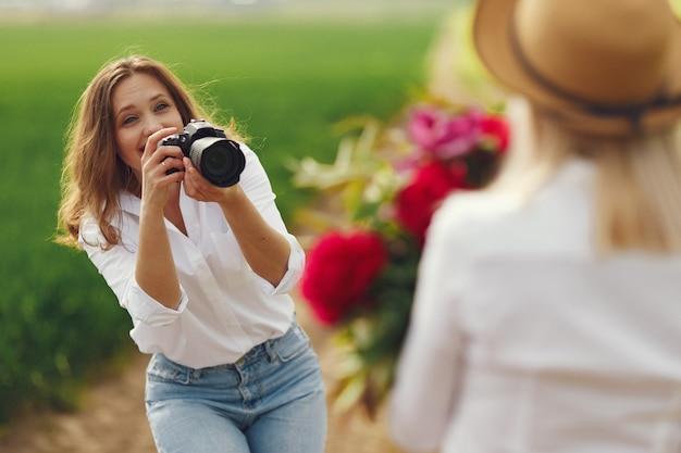 El fotógrafo hace una sesión de fotos para mujer