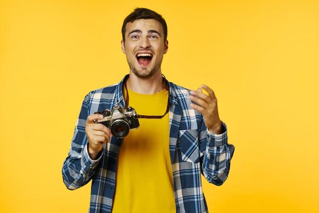 Fotógrafo de hombre con cámara de fotos