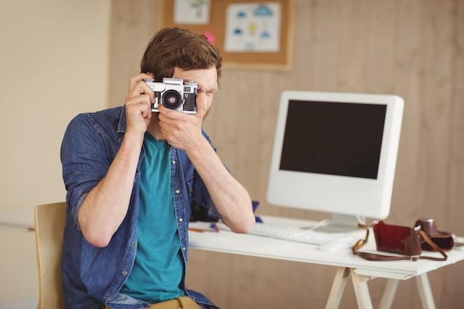 Fotógrafo inconformista tomando una foto
