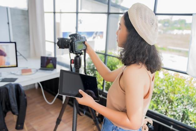 Fotógrafo independiente revisando fotos en una cámara digital.