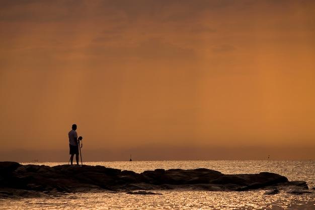 Fotógrafo con luz matutina en una isla.