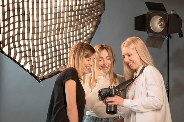 Fotógrafo y modelo amigos mirando fotos