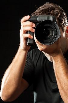 Fotógrafo en negro.