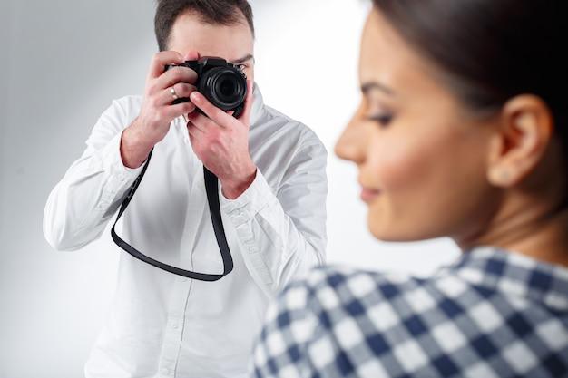 Fotógrafo profesional y modelo atractivo.