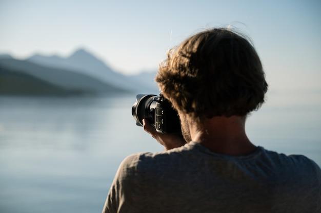 Fotógrafo profesional tomando fotos de la hermosa naturaleza matutina