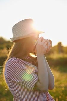 Fotógrafo de sexo femenino en el país