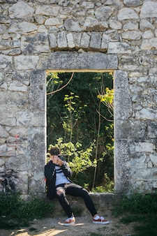 Fotógrafo de sexo masculino que toma la imagen de la naturaleza