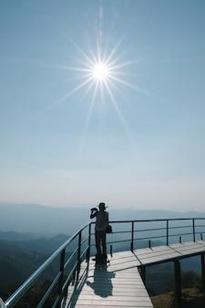 Fotógrafo bajo el sol a la luz del día
