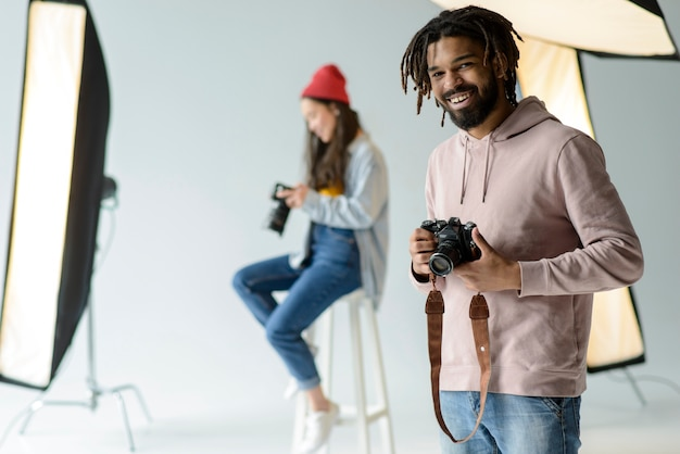 Fotógrafo sonriente en estudio
