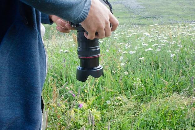 El fotógrafo toma fotografías de flores en las montañas.
