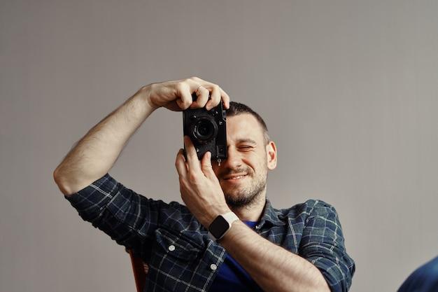 Fotógrafo tomando foto mientras mira a la cámara