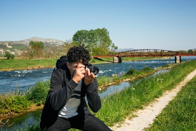 Fotógrafo tomando fotografía de naturaleza de viaje.