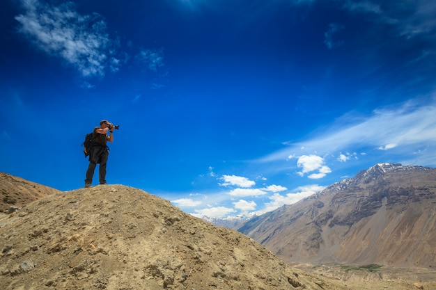Fotógrafo tomando fotos en himalaya
