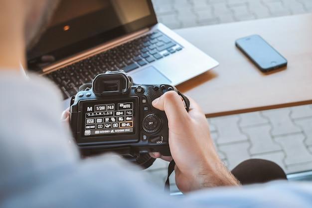 Fotógrafo trabaja con su cámara dslr