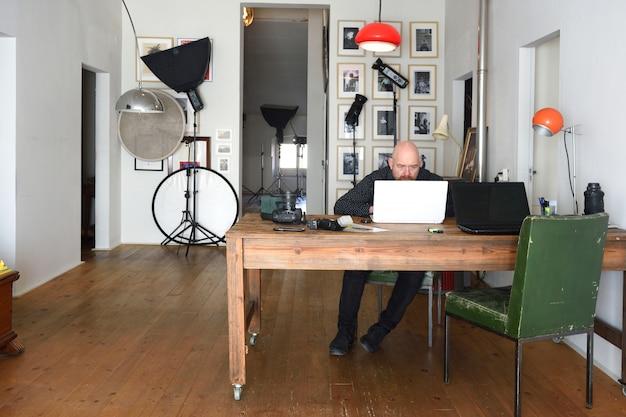Fotógrafo trabajando en su estudio de fotografía.