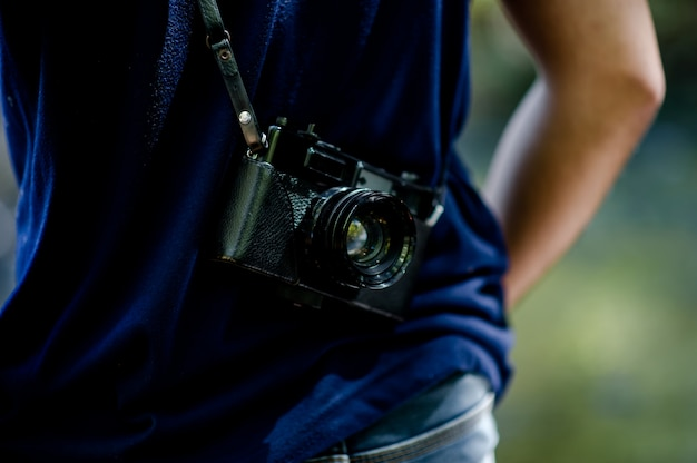Fotógrafo en un viaje por las montañas
