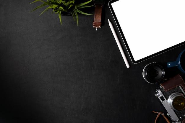 Fotógrafo de vista superior en cuero, escritorio oscuro con suministros creativos y espacio para copiar