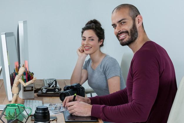 Fotógrafos trabajando en el escritorio