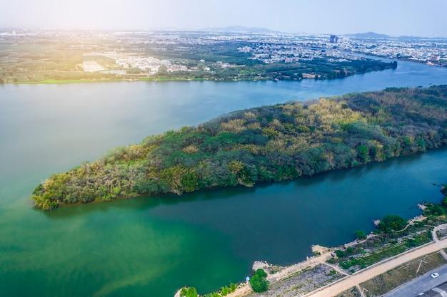 Fotos aéreas de islas en el río.