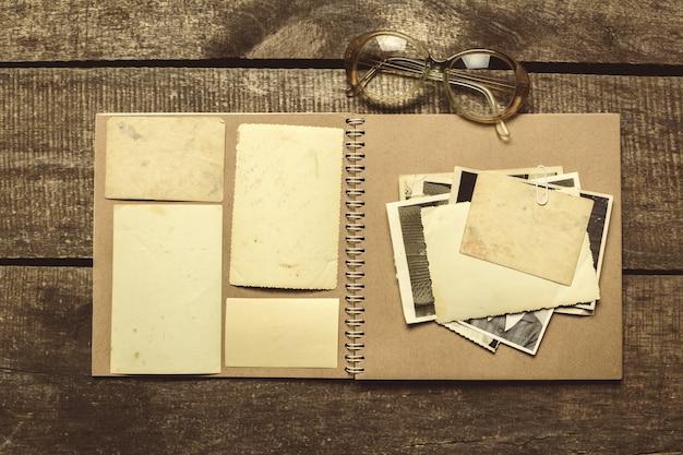 Fotos antiguas en la mesa de madera.