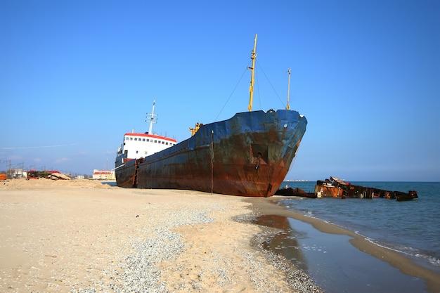 Fotos de barcos arrojados por una tormenta a la orilla del mar cerca de odessa