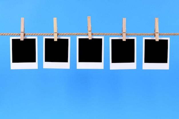 Fotos polaroid en un fondo azul