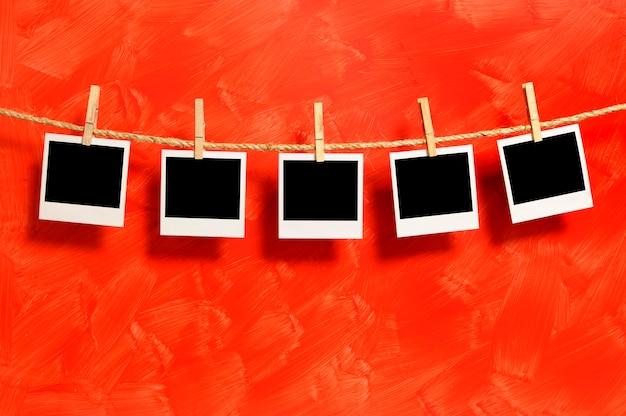 Fotos polaroid en un fondo rojo