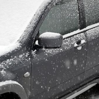 Fragmento del automóvil bajo una capa de nieve después de una fuerte nevada